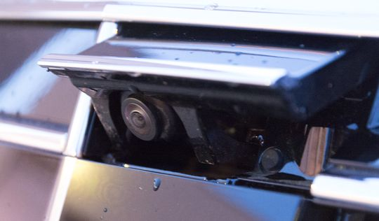 Bilen har et kamera som spretter ut av grillen når parkeringsfunksjonene aktiveres. Sammen med dette jobber et kamera under hvert sidespeil, og et ryggekamera bak. Dermed kan bilen vise deg parkeringen i et datagenerert fugleperspektiv.