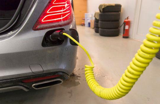 Luksusbil med ladekabel. Mercedes S500 Plug-in Hybrid skal kunne gå inntil 33 mil på batteriet alene. I tett bytrafikk gikk den rundt halve den lengden før motoren måtte hjelpe til.