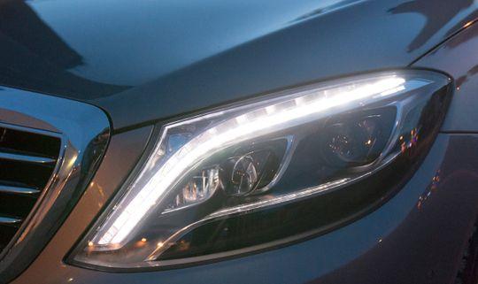 Det skjuler seg ikke en eneste lyspære under lyktglasset, men strålene fra lysdiodene styres av motoriserte reflektorer, slik også vanligere xenon-lykter styres i mange modeller.