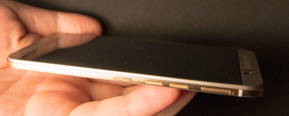 Alle knappene på HTC One M9 befinner seg på høyre side. Etter noen dagers bruk venner man seg til hva som er hva.