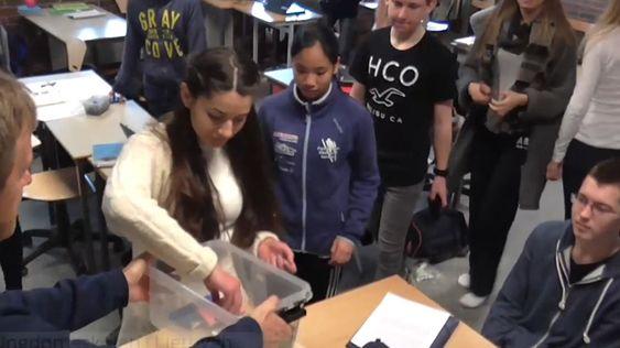 Enkelte norske skoleungdommer må legge mobilen sin i en boks til skoledagen er over.