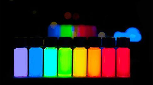 Quantum dots vises frem i et laboratorie. Ulike størrelse på kvanteprikkene gjør at de avgir ulike farger.