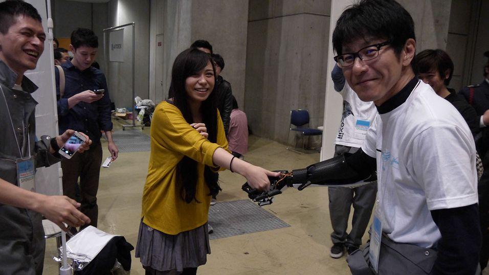 Denne robotarmen bruker mobiltelefonen som «hjerne».