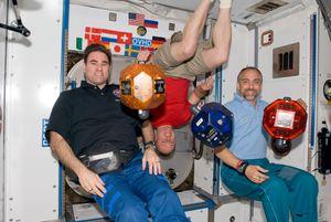 Spillutvikleren Richard Garriott (t.h) på ISS i 2008. Han skal ha betalt rundt 30 millioner dollar for turen.