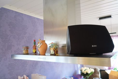 HEOS 5 er litt mindre enn HEOS 7, og kan for eksempel stå på kjøkkenet ditt.