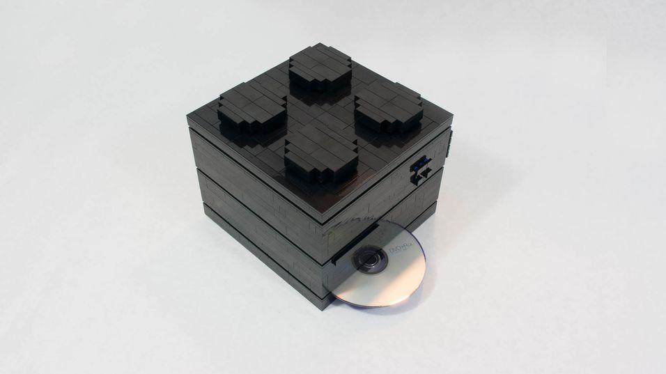 PC-en er både bygget av LEGO og ser ut som en LEGO-kloss.