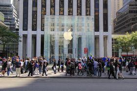 Apples butikker har som regel en kombinasjon av spesiell design og god beliggenhet. Selskapets nye klokkebutikker skal ligge rett ved gullsmedforretninger. Her et bilde av Apple Store ved Central Park i New York.