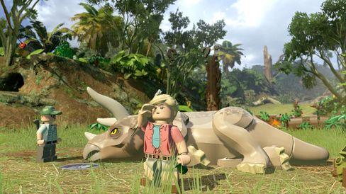 LEGO Jurassic World sender oss på tur gjennom fire filmar.