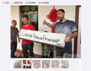 På Weibo-kontoen sin la han ut en rekke bilder som viste hvor gode venner de hadde blitt.