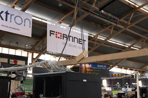 Ned til de åtte skapene nede på gulvet går det fiber- og strømkabler ned fra taket.