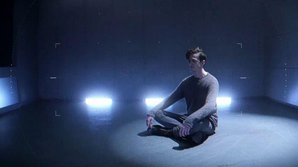 Store deler av avsløringen viser en mann som bare sitter alene i et rom.