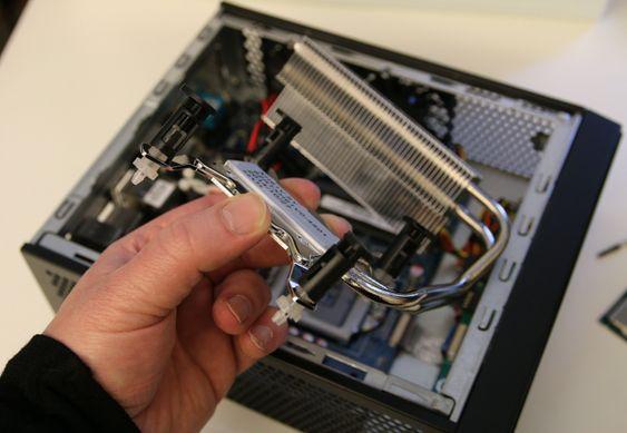 Varmen fra prosessoren ledes via varmerør til en kjøleribbe som luftes av kabinettviftene.