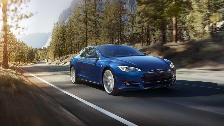 Tesla har lansert ny «billigmodell» med firehjulstrekk og mer kraft