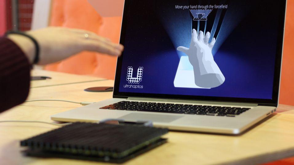 Ultrahaptics-apparatet sender ut ultralydbølger osm kan kjennes fysisk med hendene.
