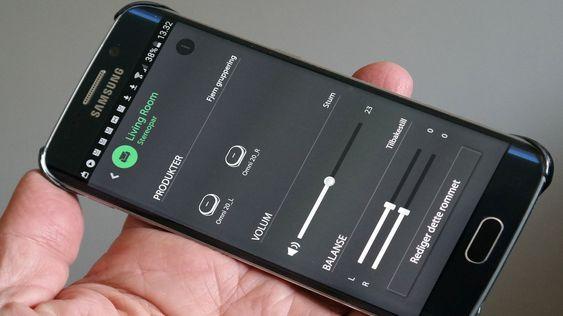 appen hjelper deg med oppsettet, for eksempel gjør den det enkelt å koble sammen høytalere i partymodus (spiller likt) eller som stereopar (spiller hver sin kanal).