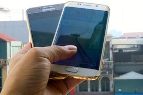 Galaxy S6 (venstre) og S6 Edge (høyre) i forgylt versjon.