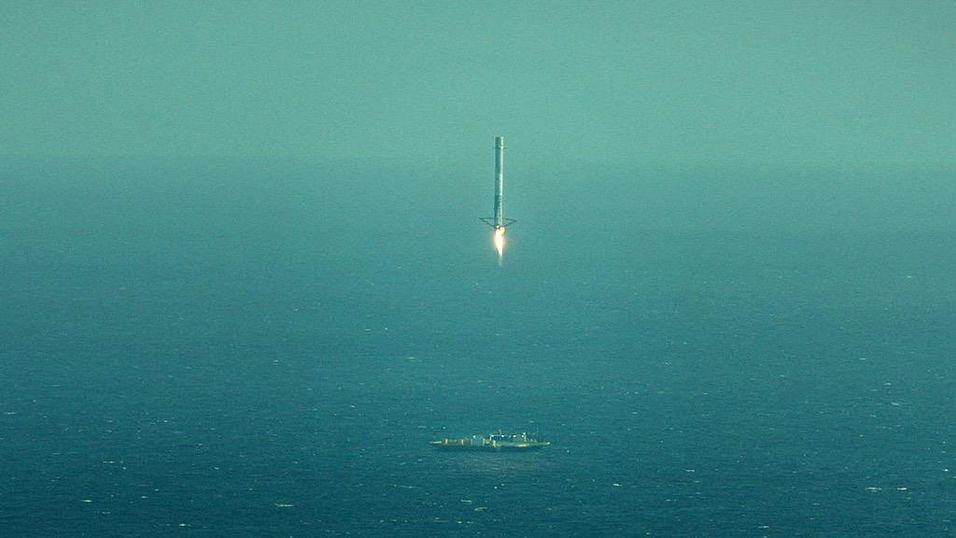Her er Falcon 9-raketten i ferd med å lande på lekteren.