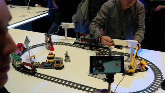 Du kan lage firekameraproduksjon ved å koble sammen flere telefoner og la en av dem være regiverktøyet.