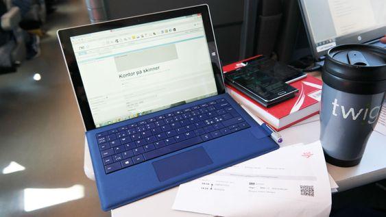 Bordet gir god plass til en bærbar PC. Her bruker vi en Surface Pro 3, som vi kan bruke hele veien uten å lade den. Vi lader likevel, siden laderen også forskyner mobilene våre med strøm. DSe er ikke like glade for en 6 timer togtur med skjermen tent og apper kjørende.
