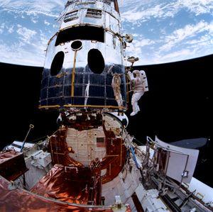 Astronautene Musgrave og Hoffman installerer nytt utstyr for å reparere Hubble.