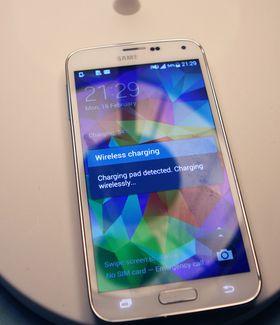 Samsung S5 med ladedekselet sitt på.