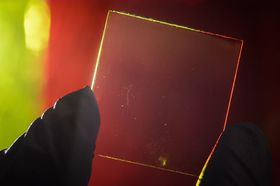 I motsetning til tidligere, «gjennomsiktige» solcellepaneler kludrer ikke dette til sikten. Det utnytter lyset vi ikke kan se.