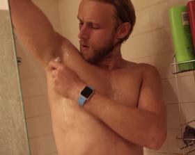 Dusj i vei! Apple Watch tåler både såpe og vann.