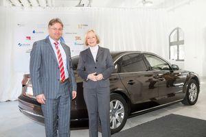 Den tyske ministeren Johanna Wanka fikk fylt bilen sin med e-diesel.