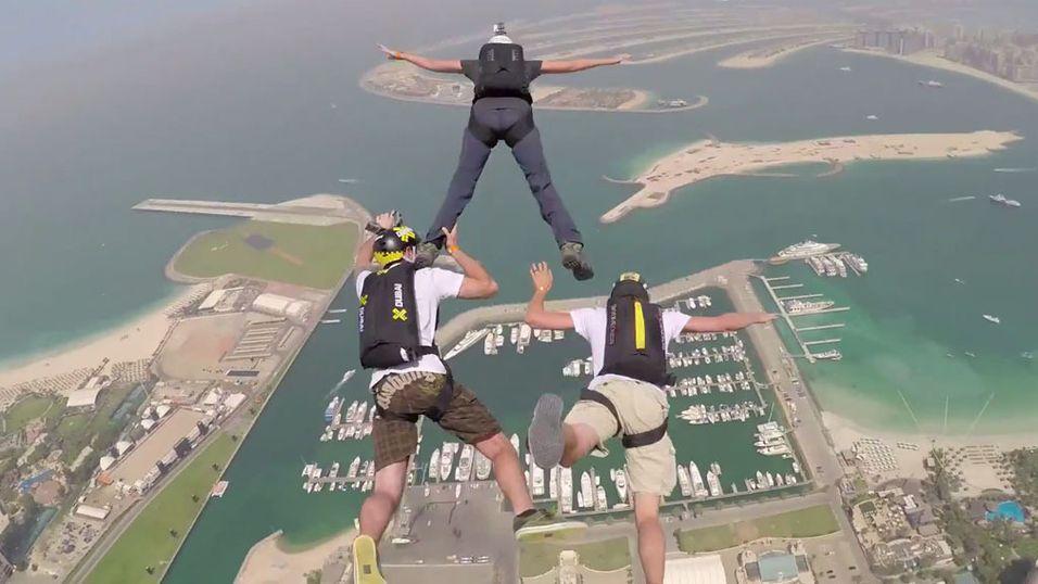 Her hopper de fra en 400 meter høy skyskraper