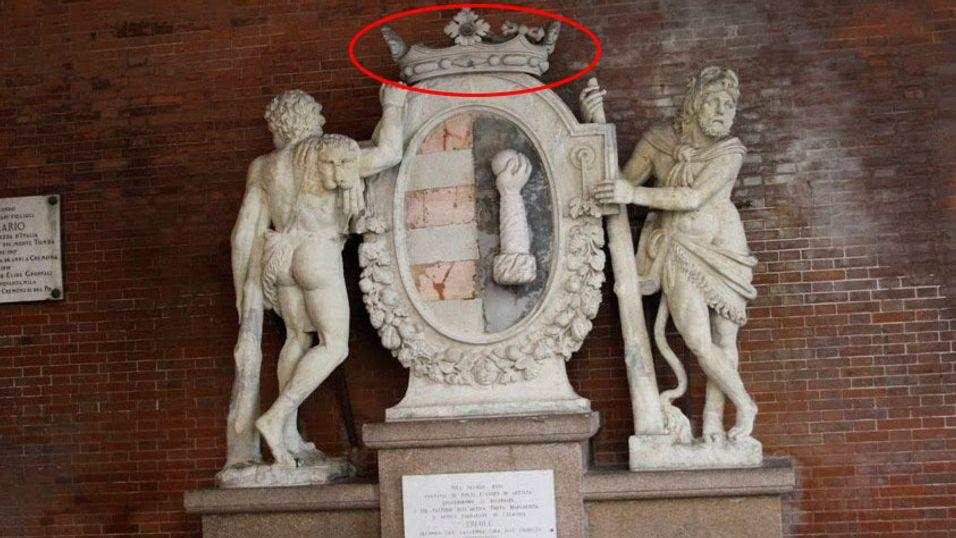 Slik så statuen ut før kronen ble revet ned av turistene.