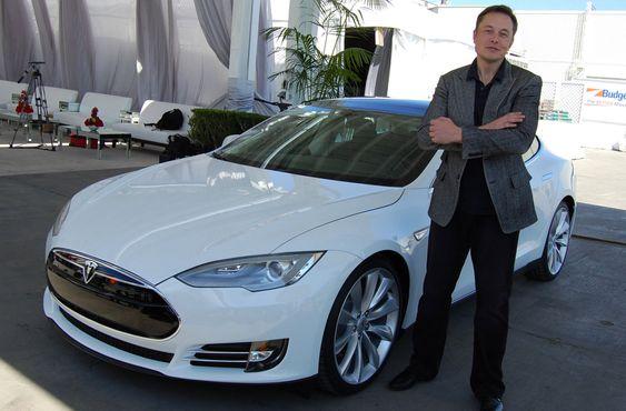 Elon Musk med en Tesla Model S i 2011.