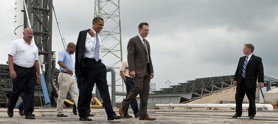 Musk viser President Barack Obama oppskytningsplattformen til Falcon 9-raketten i 2010.