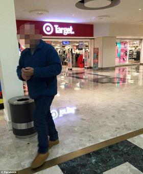 Dette bildet tok moren av mannen da han var på vei ut av senteret.