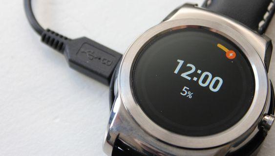 Du må bruke krybbe om du vil lade LG Watch Urbane. Og det vil du. Ofte.