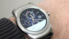 Android Wear-klokkene, som her avbildede LG Watch Urbane, gjør det betydelig dårligere enn Apple Watch.