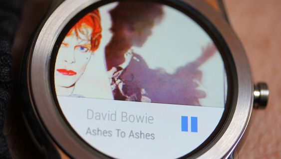 Det er nesten enklere å betjene musikkspilleren fra telefonen. Men i nøden kan du spille musikk fra klokken uten mobil. Da må du bruke Bluetooth-hodesett.