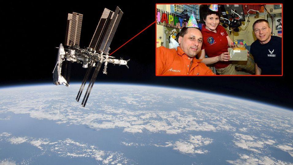 De tre astronautene feirer Samantha Cristoforettis bursdag i verdensrommet. Fra venstre: Anton Shkaplerov, Samantha Cristoforetti og Terry Virts.