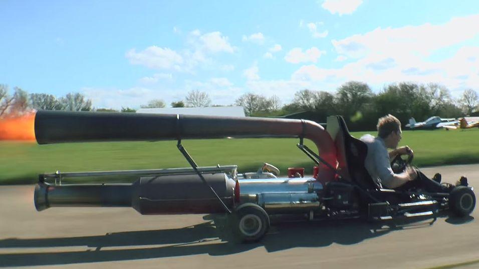 Her kjører han en go-kart med jetmotor