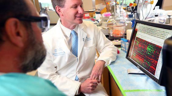 En lege analyserer DNA-informasjon, en oppgave Watson nå kan effektivisere betydelig.