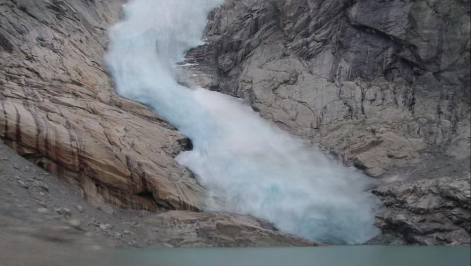 En av timelapse-videoene viser smeltingen av Briksdalsbreen fra 2006 til 2014.