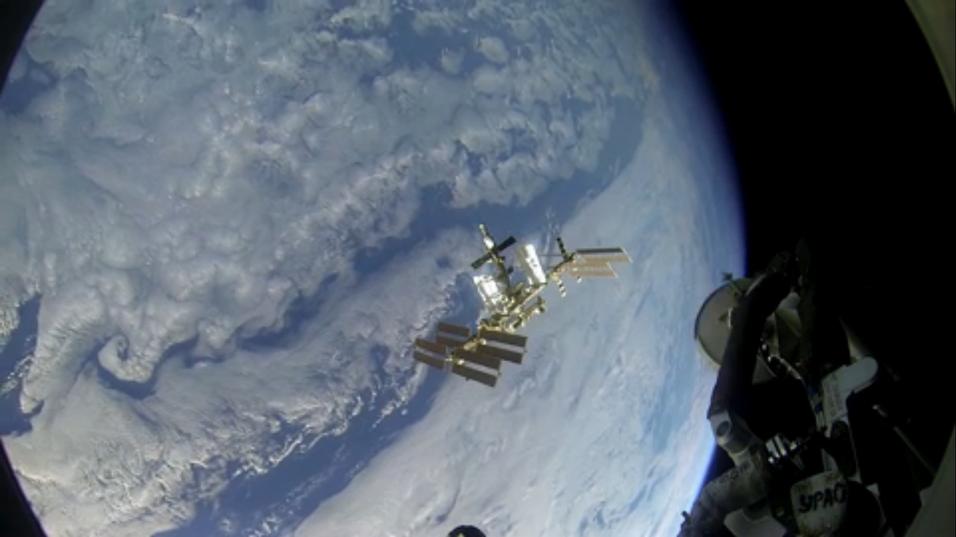 Slik ser det ut når romfartøyet nærmer seg romstasjonen ISS.