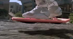 Marty McFlys svebrett var lite og rosa. Og hadde ingen propeller, naturligvis. Men han har til felles med Duru at han måtte fly over vann.