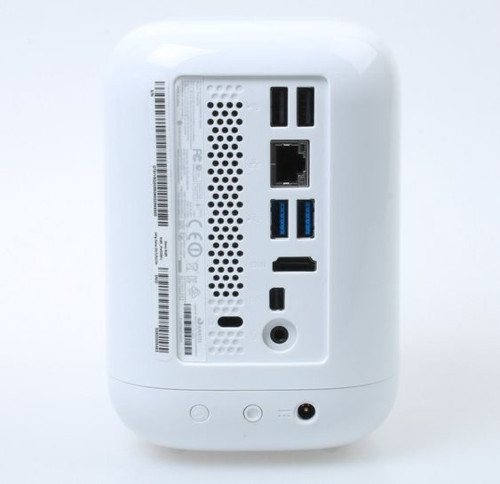 Samtlige inn- og utganger er samlet bak, med unntak av minnekortleseren på toppen av PC-en.
