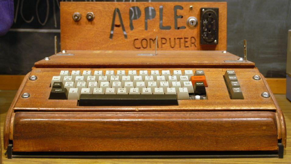 Datamaskinen Apple I var Apples første produkt. Dette eksemplaret er på Smithsonian-museet i USA.