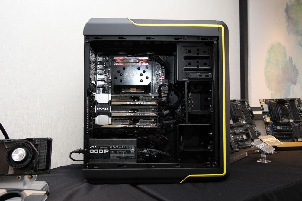 EVGA kommer også med et nytt gaming-kabinett. Det vil være mulig å bytte ut deler av chassiset, for eksempel om du ønsker en annen farge enn den gule på bildet. På bildet kan du også se EVGAs nye SLI-bro, med lys i EVGA-logoen.