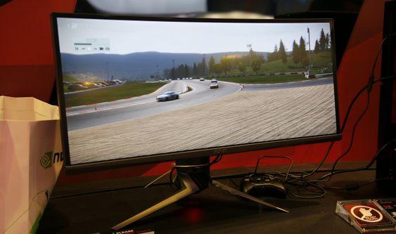 Asus' ekstra brede og buede spillskjerm.