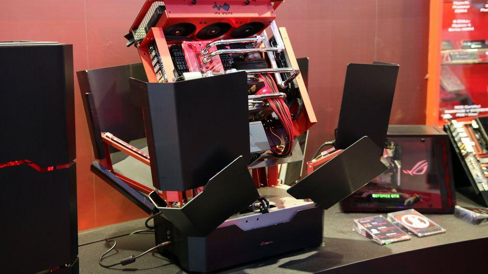 Kabinettet åpner seg opp i beste Transformers-stil.