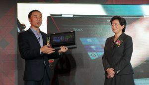 Lenovos Bai Peng viser frem en bærbar PC med Carrizo-prosessor.