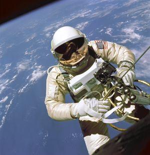 Edward White blir amerikanernes første mann utenfor et romskip.