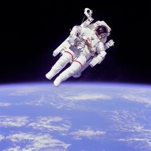 Bruce McCandless var førstemann som fløy rundt i rommet uten å være festet til romskipet.